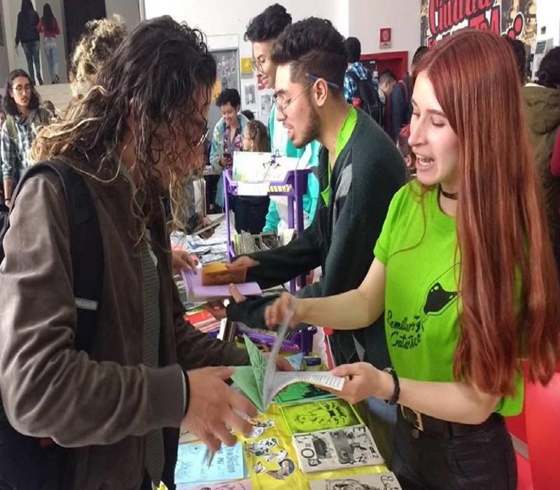 jóvenes exponiendo fanzine